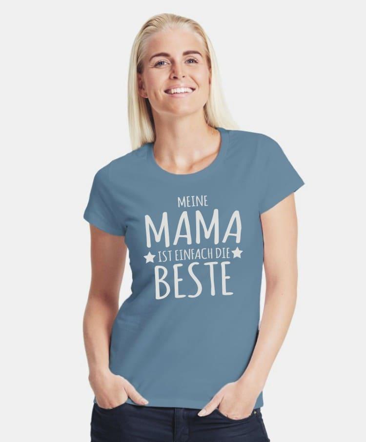 Eine Dame mit einem T-Shirt mit dem Spruch Meine Mama ist einfach die Beste