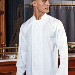 Mann mit weißer Kochjacke