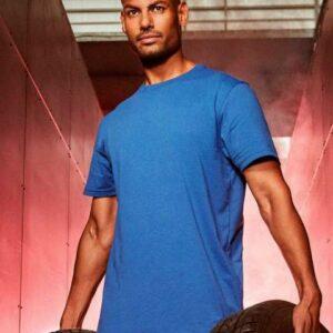 Ein Mann trägt ein Workwear T-Shirt
